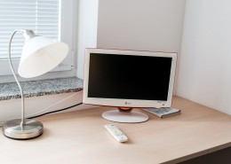 študentska soba miza s televizijskim