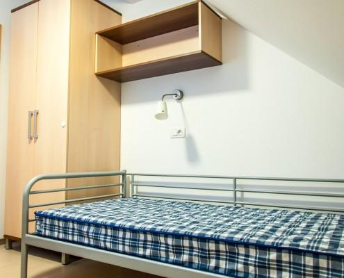galerija sobe opremljena s posteljo in omaro