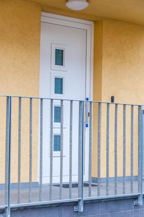 Vhodna vrata zgradbe študentskih sob