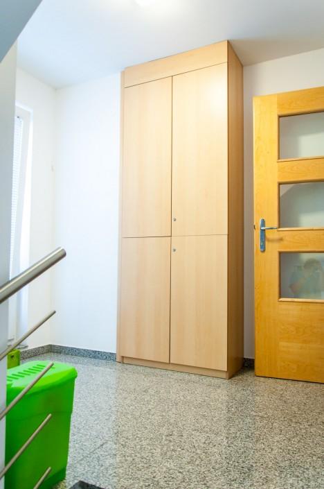 Stopnišče nadstropja vključuje omaro za čevlje