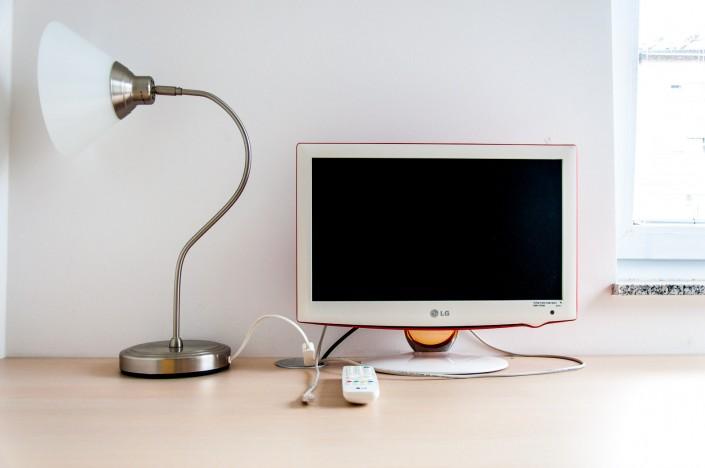Miza s TV sprejemnikom in namizno lučjo