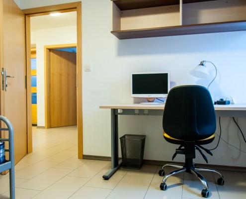 Študentske sobe - Pogled na pisalno mizo in skupni prostor