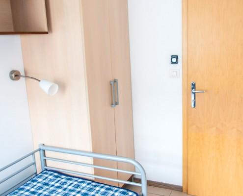 Študentska soba - Pogled na vhod v sobo in omaro