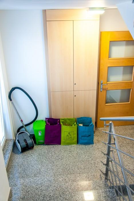 Študentske sobe - Stopnišče z omaro za čevlje in ločevanje odpadkov