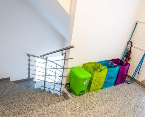 Galerija - Stopnišče in ločevanje odpadkov v zgradbi študentskih sob
