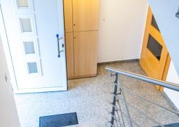 Vhod v stavbo in stopnišče študentskih sob
